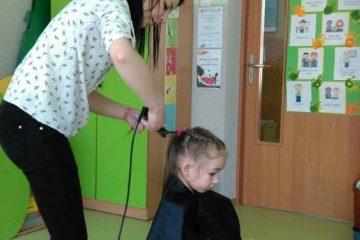 """zajęcia prowadzone przez rodzica """"poznajemy pracę fryzjerki"""""""