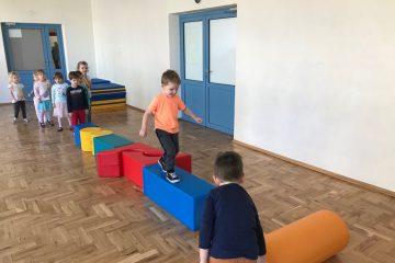 Ćwiczenia i zabawy na sali gimnastycznej